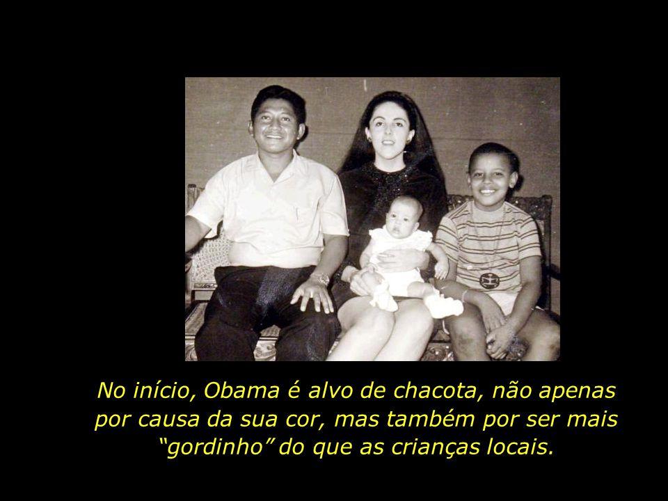 No início, Obama é alvo de chacota, não apenas por causa da sua cor, mas também por ser mais gordinho do que as crianças locais.
