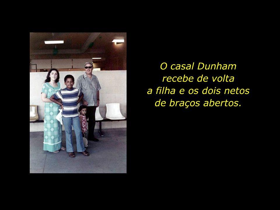 O casal Dunham recebe de volta a filha e os dois netos de braços abertos.