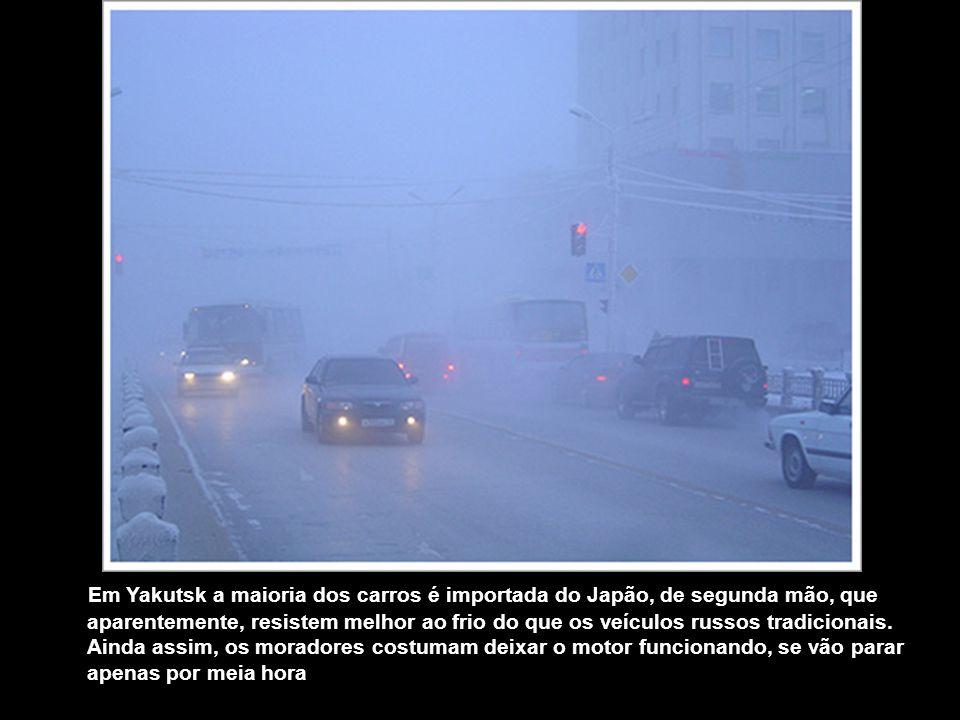 Em Yakutsk a maioria dos carros é importada do Japão, de segunda mão, que aparentemente, resistem melhor ao frio do que os veículos russos tradicionais.