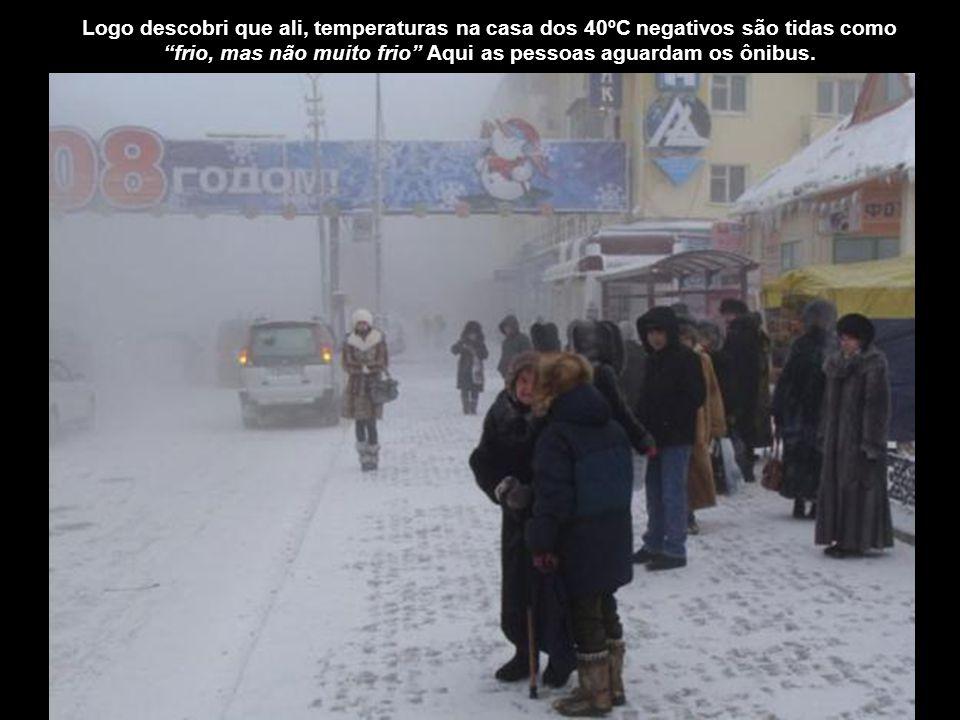 frio, mas não muito frio Aqui as pessoas aguardam os ônibus.
