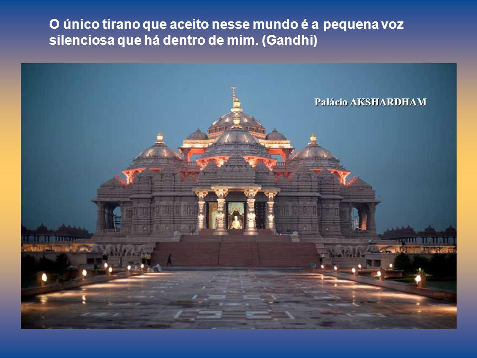 O único tirano que aceito nesse mundo é a pequena voz silenciosa que há dentro de mim. (Gandhi)
