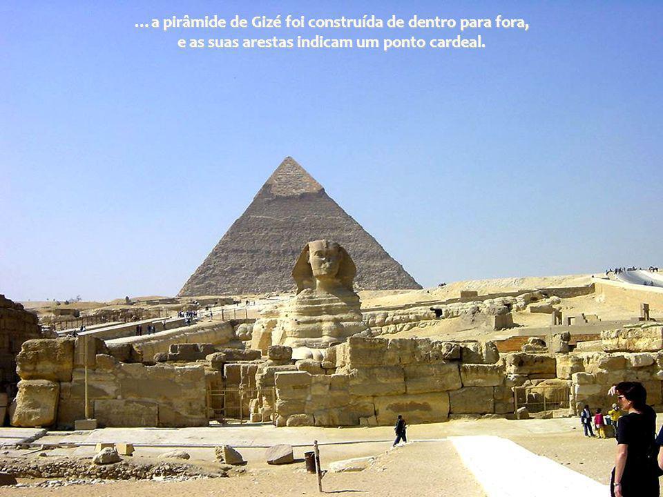 …a pirâmide de Gizé foi construída de dentro para fora, e as suas arestas indicam um ponto cardeal.