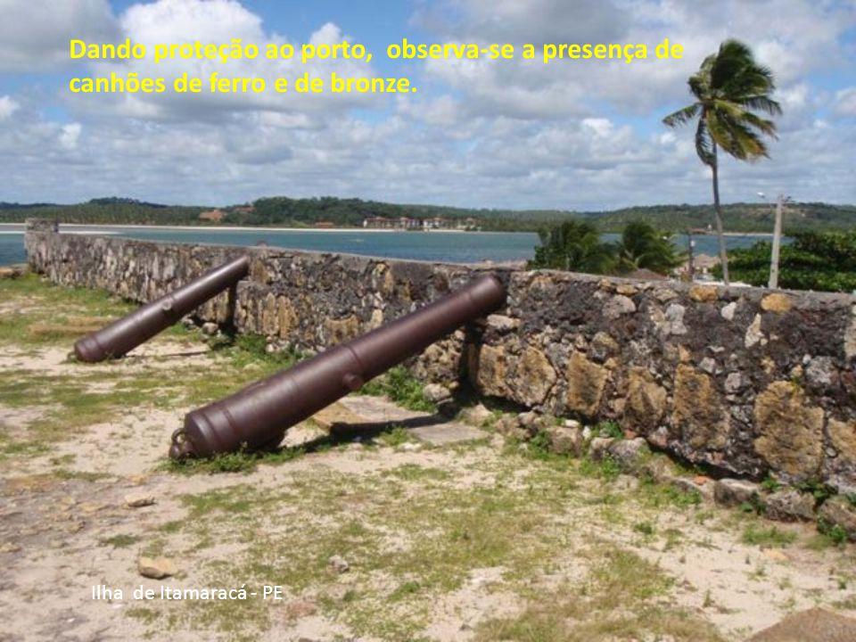 Dando proteção ao porto, observa-se a presença de canhões de ferro e de bronze.