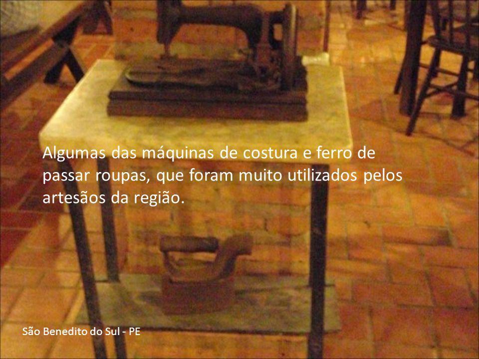 Algumas das máquinas de costura e ferro de passar roupas, que foram muito utilizados pelos artesãos da região.