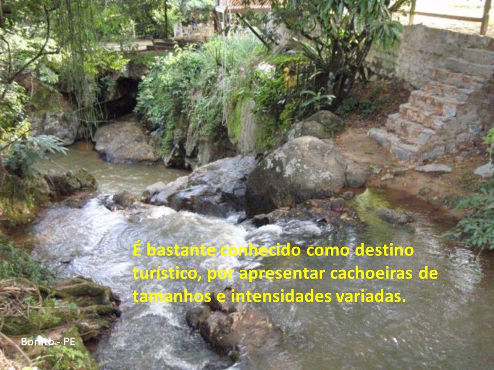 É bastante conhecido como destino turístico, por apresentar cachoeiras de tamanhos e intensidades variadas.