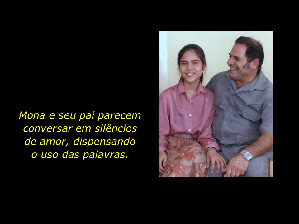 Mona e seu pai parecem conversar em silêncios de amor, dispensando o uso das palavras.