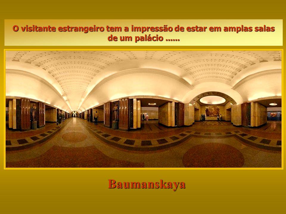 O visitante estrangeiro tem a impressão de estar em amplas salas de um palácio ......