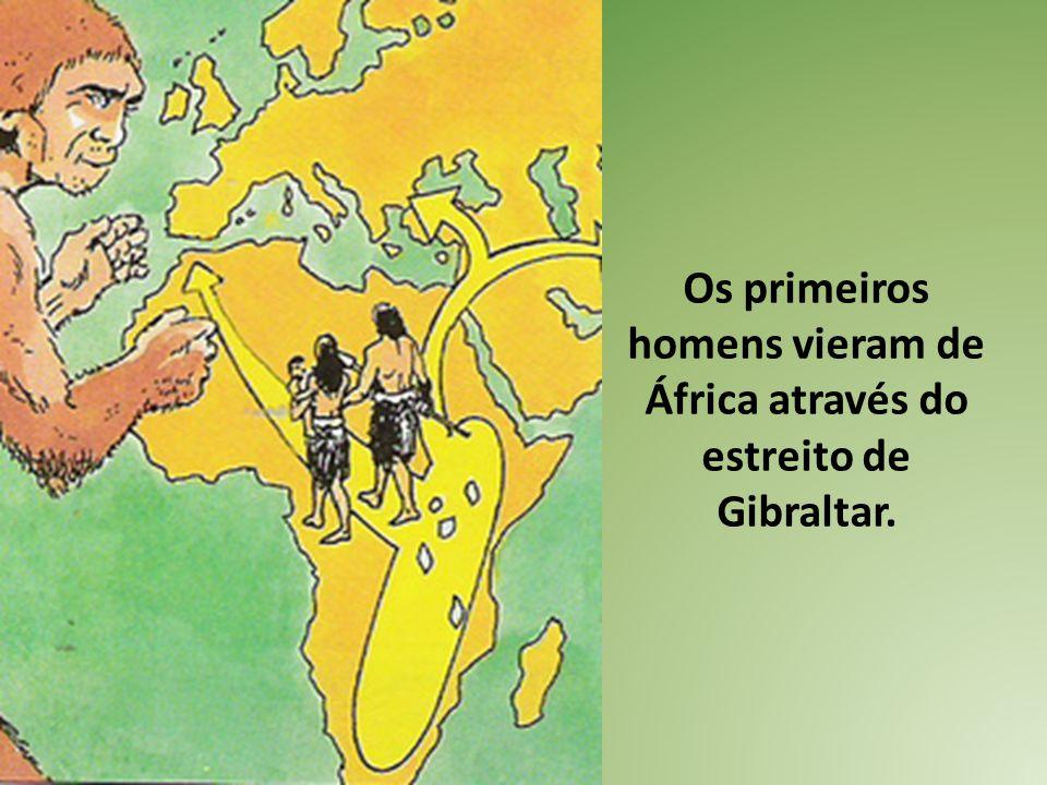 Os primeiros homens vieram de África através do estreito de Gibraltar.