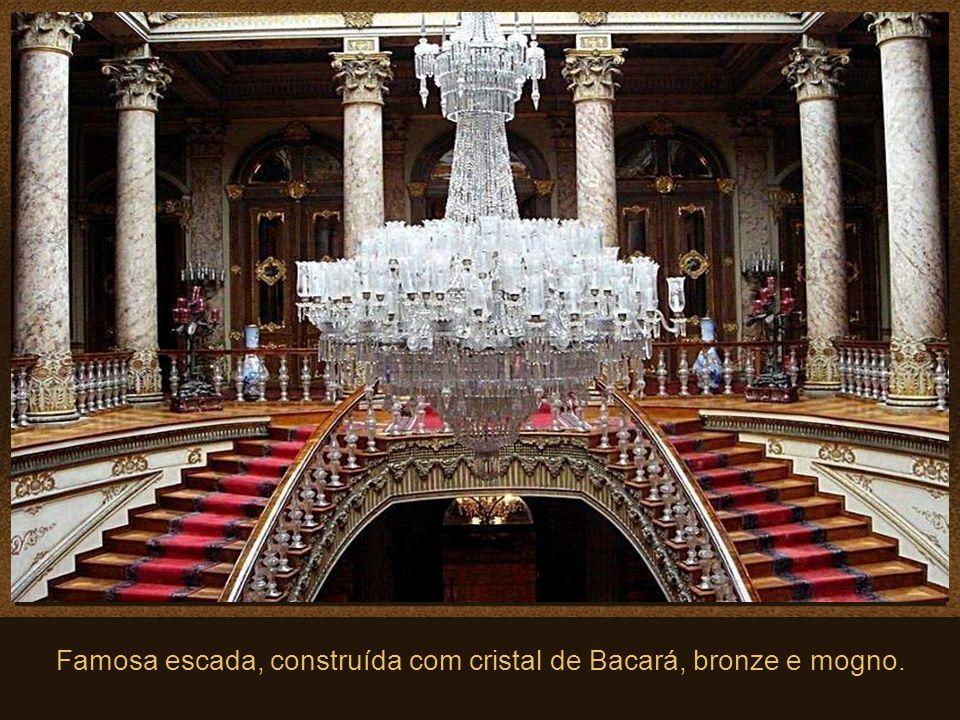 Famosa escada, construída com cristal de Bacará, bronze e mogno.