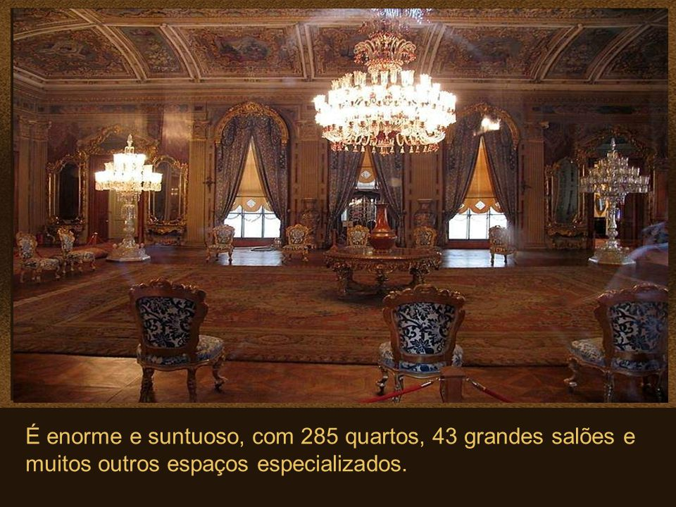 É enorme e suntuoso, com 285 quartos, 43 grandes salões e muitos outros espaços especializados.