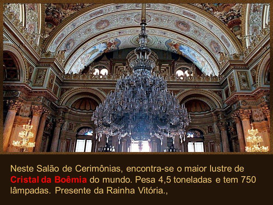 Neste Salão de Cerimônias, encontra-se o maior lustre de Cristal da Boêmia do mundo.