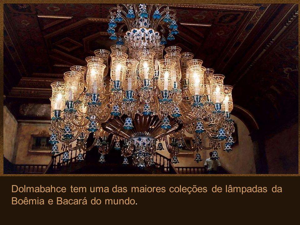 Dolmabahce tem uma das maiores coleções de lâmpadas da Boêmia e Bacará do mundo.
