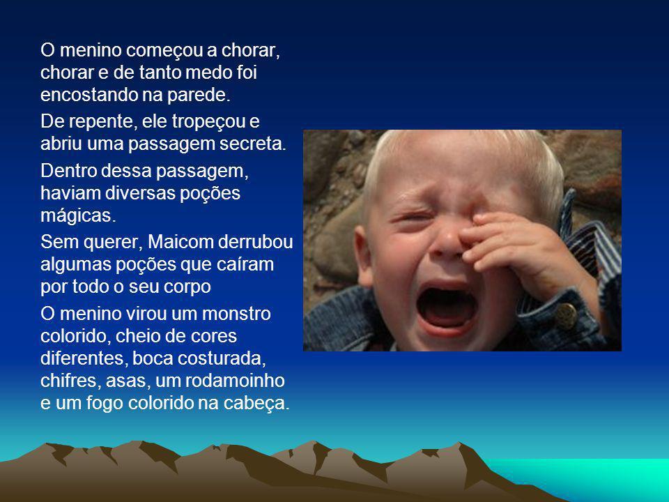 O menino começou a chorar, chorar e de tanto medo foi encostando na parede.