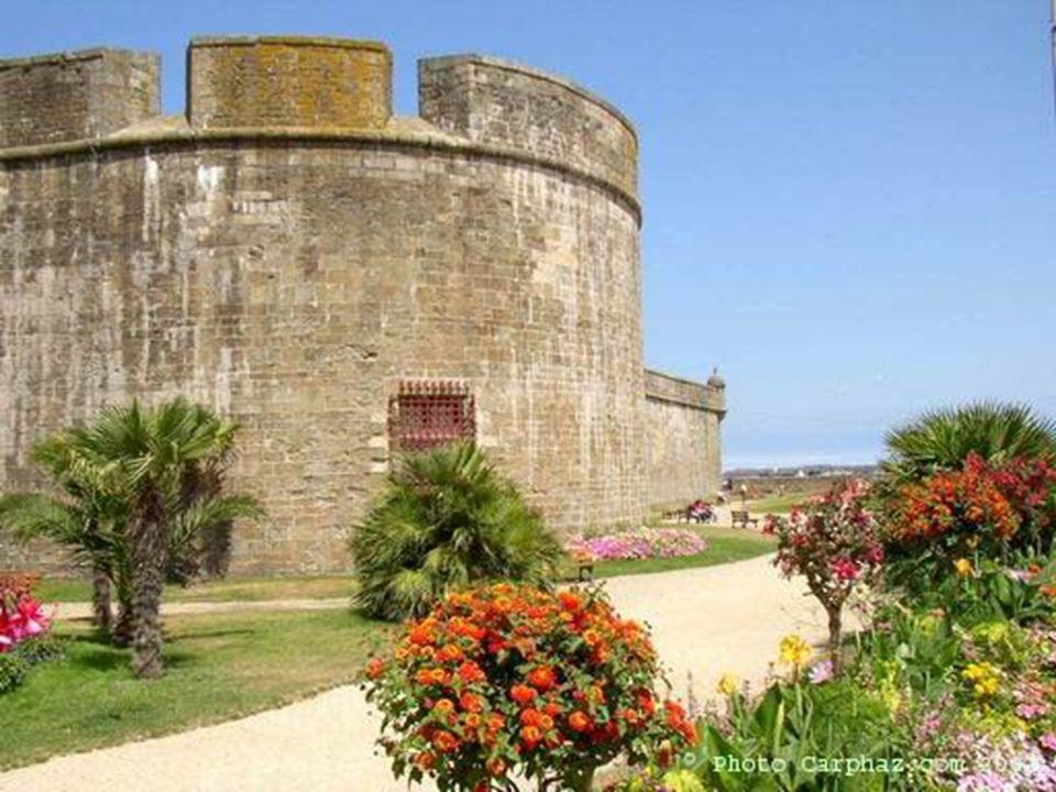 Saint Malo, da época medieval, protegida por uma muralha, é uma das cidades mais preservadas da França.