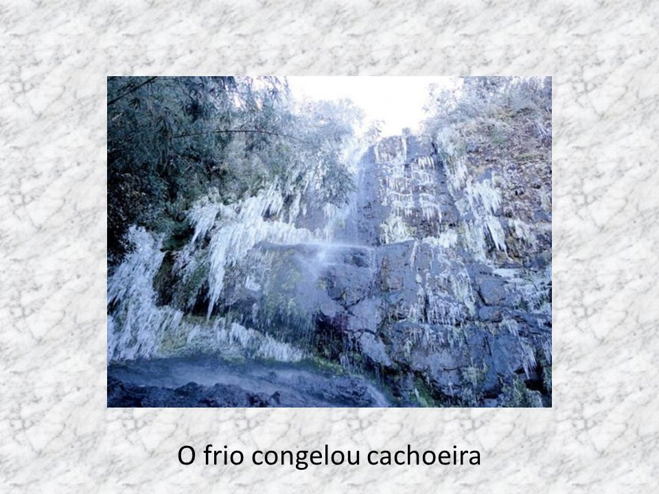 O frio congelou cachoeira