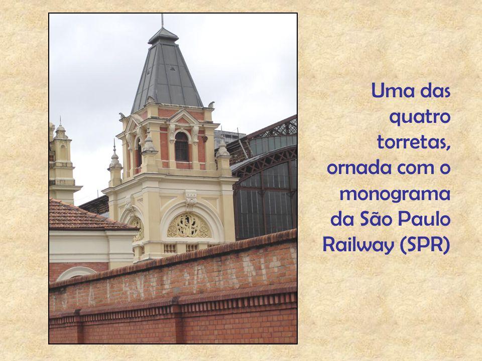 Uma das quatro torretas, ornada com o monograma da São Paulo Railway (SPR)