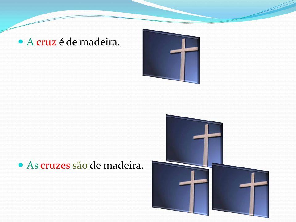 A cruz é de madeira. As cruzes são de madeira.