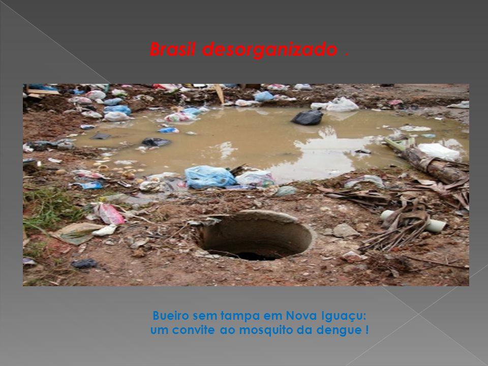 Bueiro sem tampa em Nova Iguaçu: um convite ao mosquito da dengue !