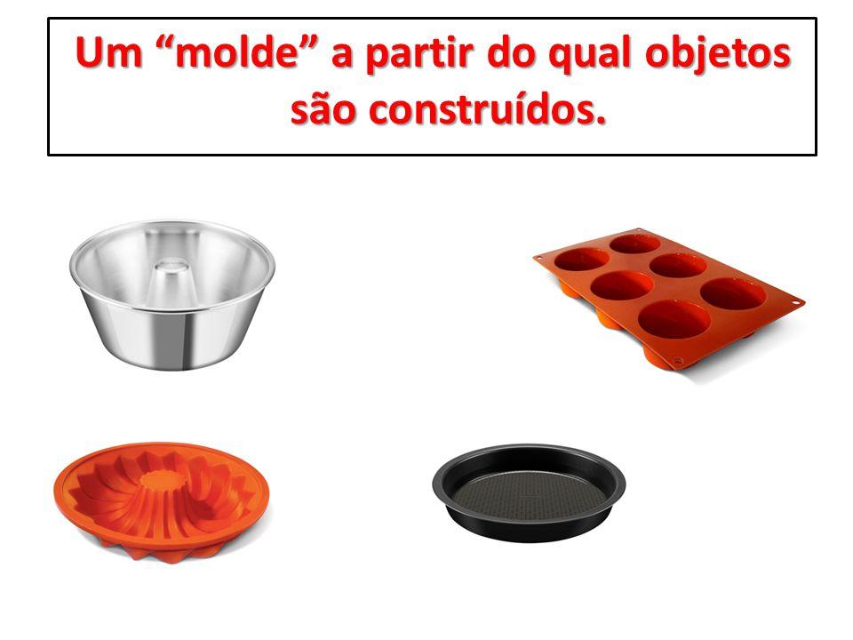 Um molde a partir do qual objetos são construídos.