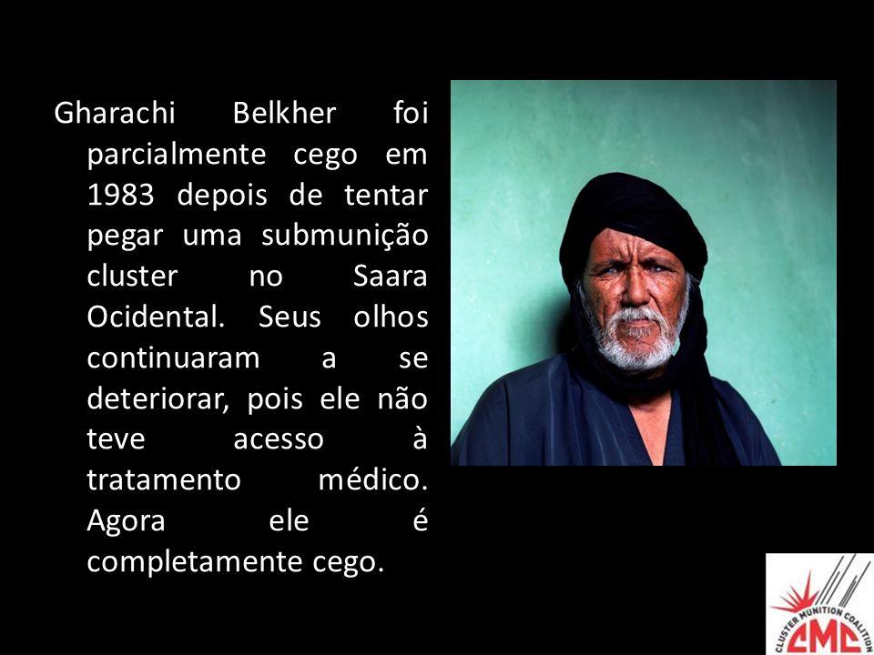 Gharachi Belkher foi parcialmente cego em 1983 depois de tentar pegar uma submunição cluster no Saara Ocidental.