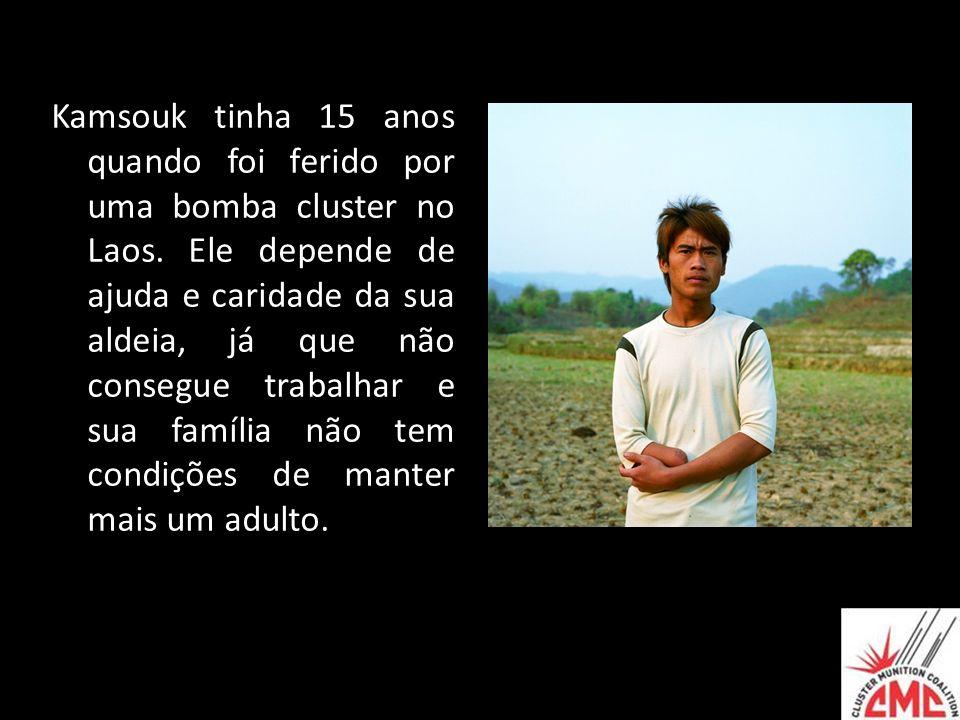 Kamsouk tinha 15 anos quando foi ferido por uma bomba cluster no Laos