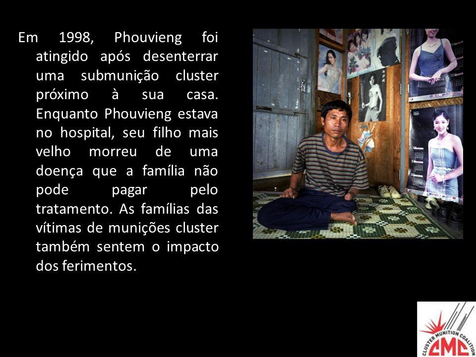Em 1998, Phouvieng foi atingido após desenterrar uma submunição cluster próximo à sua casa.