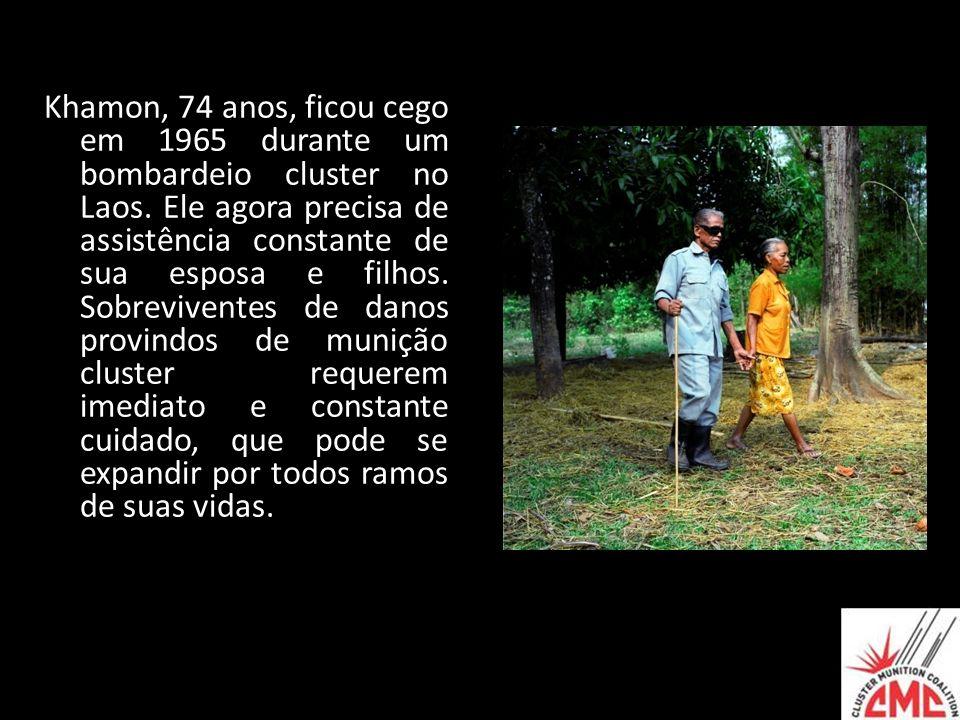 Khamon, 74 anos, ficou cego em 1965 durante um bombardeio cluster no Laos.