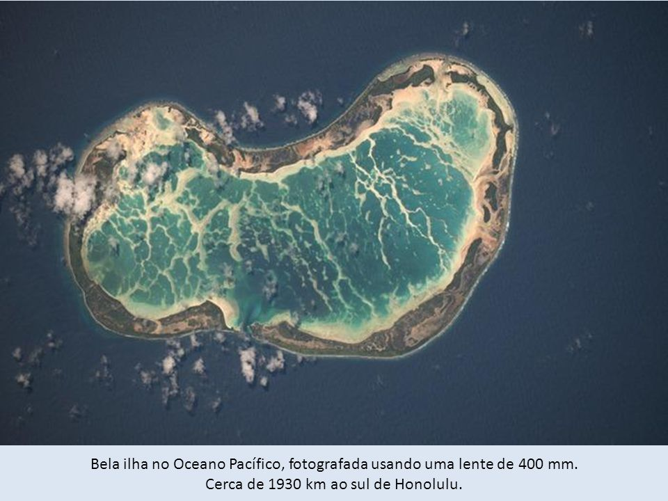 Bela ilha no Oceano Pacífico, fotografada usando uma lente de 400 mm.