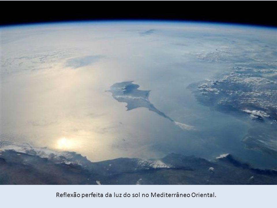 Reflexão perfeita da luz do sol no Mediterrâneo Oriental.