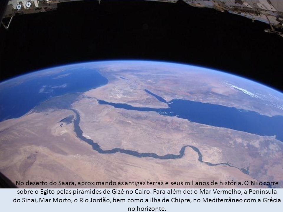 No deserto do Saara, aproximando as antigas terras e seus mil anos de história.