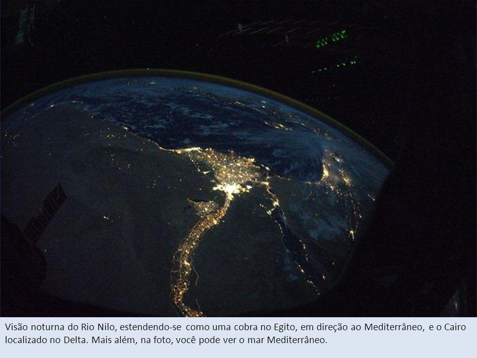 Visão noturna do Rio Nilo, estendendo-se como uma cobra no Egito, em direção ao Mediterrâneo, e o Cairo localizado no Delta.