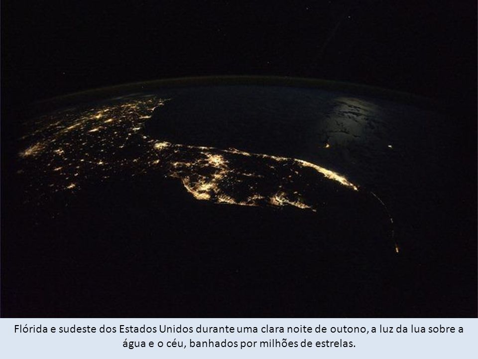 Flórida e sudeste dos Estados Unidos durante uma clara noite de outono, a luz da lua sobre a água e o céu, banhados por milhões de estrelas.