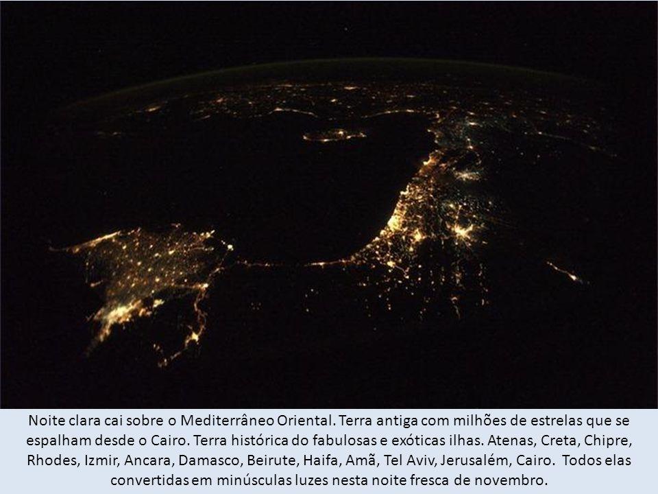 Noite clara cai sobre o Mediterrâneo Oriental