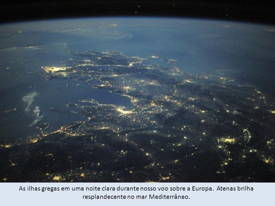 As ilhas gregas em uma noite clara durante nosso voo sobre a Europa