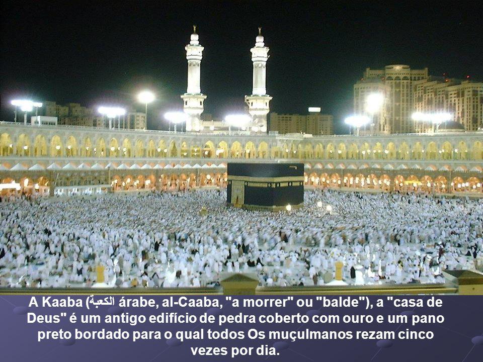 A Kaaba (الكعبة árabe, al-Caaba, a morrer ou balde ), a casa de Deus é um antigo edifício de pedra coberto com ouro e um pano preto bordado para o qual todos Os muçulmanos rezam cinco vezes por dia.
