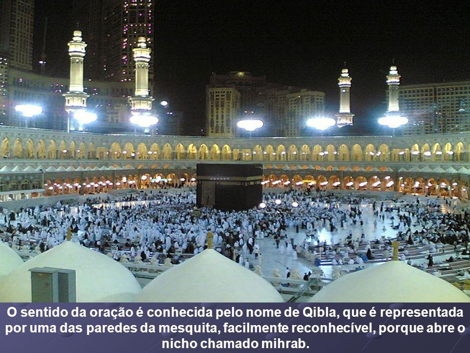 O sentido da oração é conhecida pelo nome de Qibla, que é representada por uma das paredes da mesquita, facilmente reconhecível, porque abre o nicho chamado mihrab.