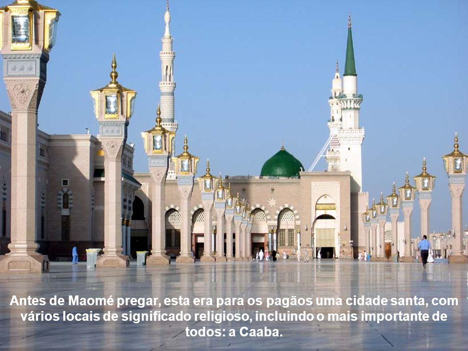 Antes de Maomé pregar, esta era para os pagãos uma cidade santa, com vários locais de significado religioso, incluindo o mais importante de todos: a Caaba.