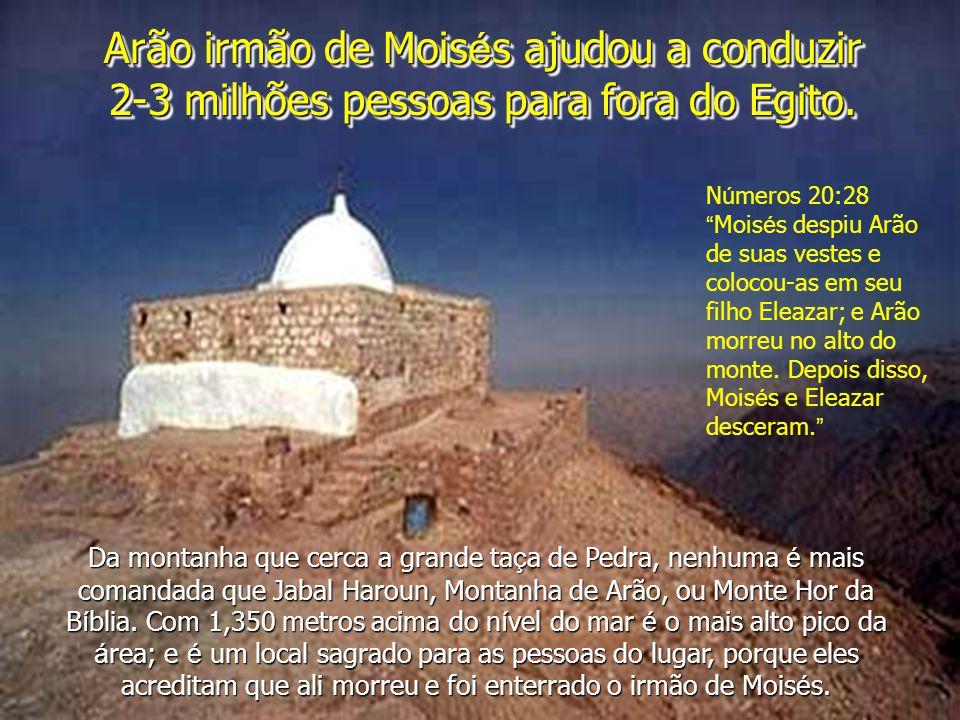 Arão irmão de Moisés ajudou a conduzir 2-3 milhões pessoas para fora do Egito.