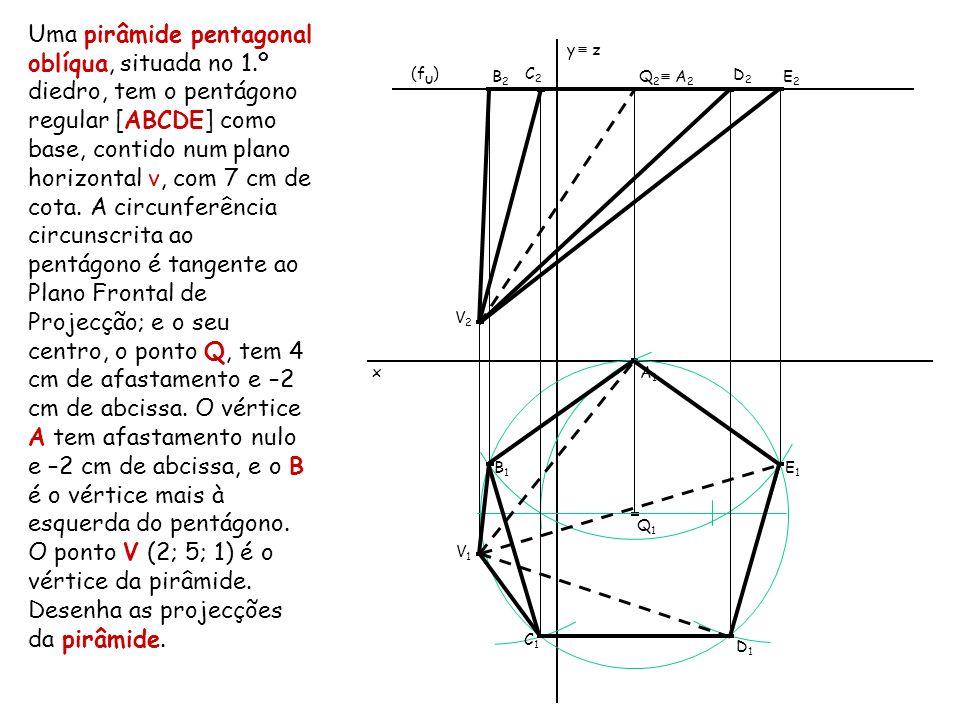 Uma pirâmide pentagonal oblíqua, situada no 1