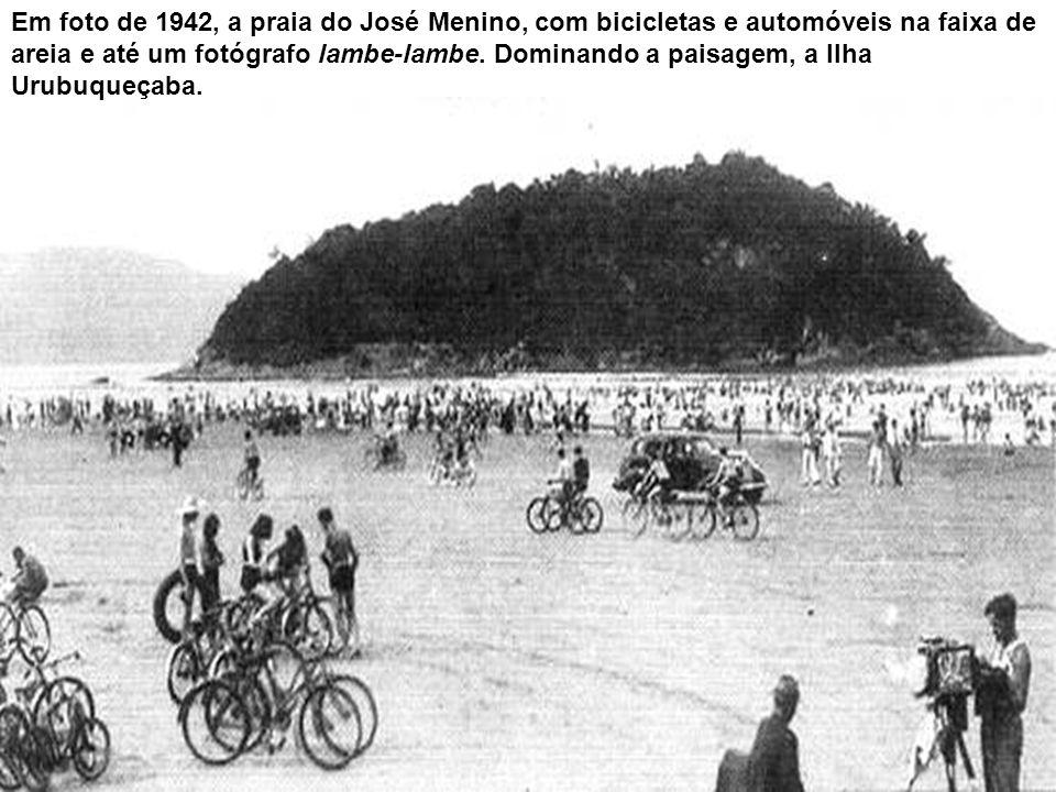 Em foto de 1942, a praia do José Menino, com bicicletas e automóveis na faixa de areia e até um fotógrafo lambe-lambe.