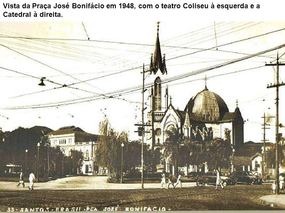 Vista da Praça José Bonifácio em 1948, com o teatro Coliseu à esquerda e a Catedral à direita.