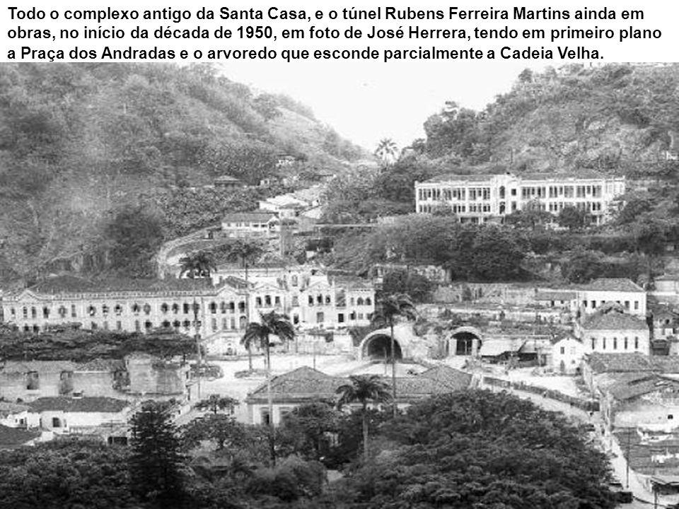 Todo o complexo antigo da Santa Casa, e o túnel Rubens Ferreira Martins ainda em obras, no início da década de 1950, em foto de José Herrera, tendo em primeiro plano a Praça dos Andradas e o arvoredo que esconde parcialmente a Cadeia Velha.