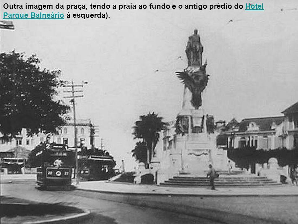 Outra imagem da praça, tendo a praia ao fundo e o antigo prédio do Hotel Parque Balneário à esquerda).