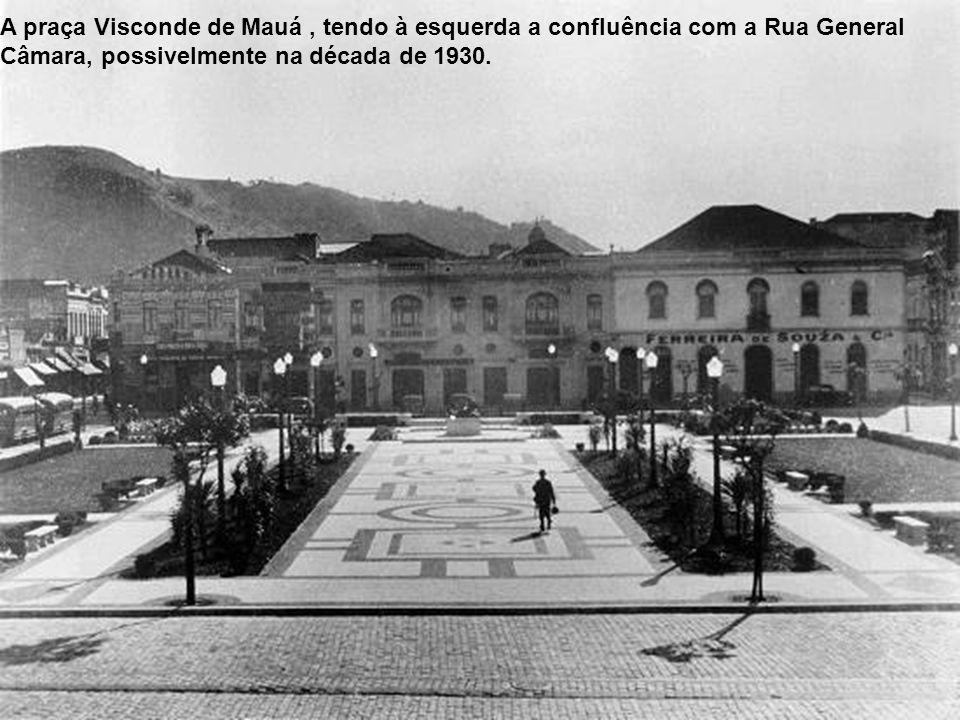 A praça Visconde de Mauá , tendo à esquerda a confluência com a Rua General Câmara, possivelmente na década de 1930.