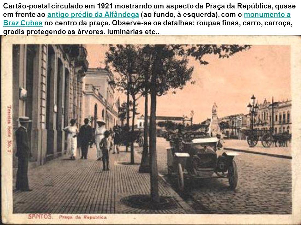 Cartão-postal circulado em 1921 mostrando um aspecto da Praça da República, quase em frente ao antigo prédio da Alfândega (ao fundo, à esquerda), com o monumento a Braz Cubas no centro da praça.