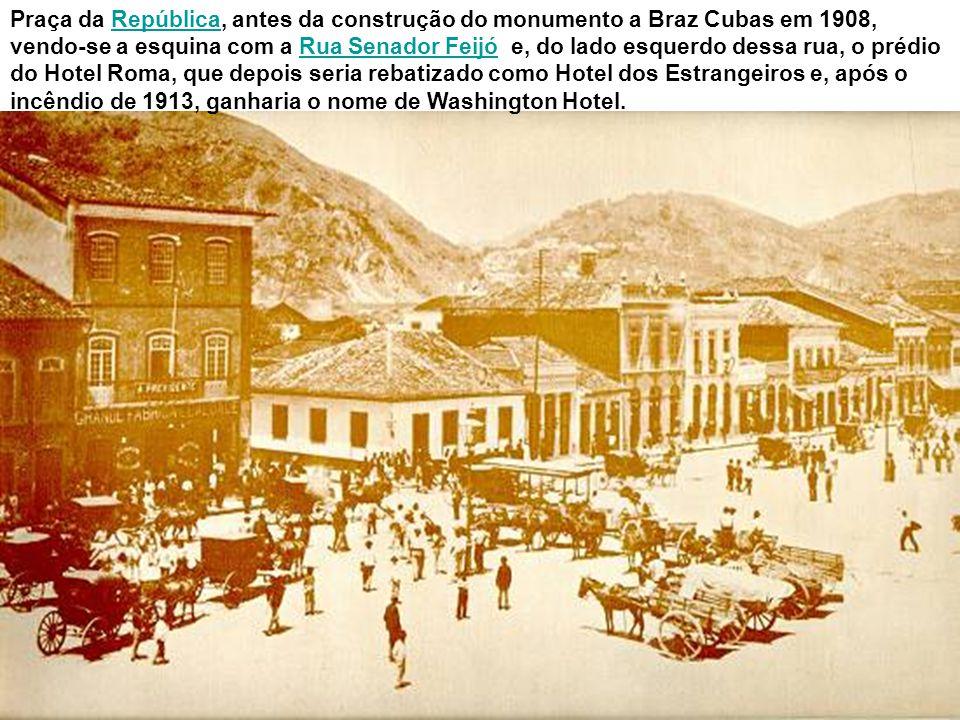 Praça da República, antes da construção do monumento a Braz Cubas em 1908, vendo-se a esquina com a Rua Senador Feijó e, do lado esquerdo dessa rua, o prédio do Hotel Roma, que depois seria rebatizado como Hotel dos Estrangeiros e, após o incêndio de 1913, ganharia o nome de Washington Hotel.
