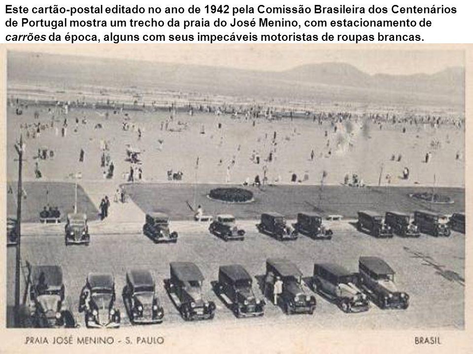 Este cartão-postal editado no ano de 1942 pela Comissão Brasileira dos Centenários de Portugal mostra um trecho da praia do José Menino, com estacionamento de carrões da época, alguns com seus impecáveis motoristas de roupas brancas.