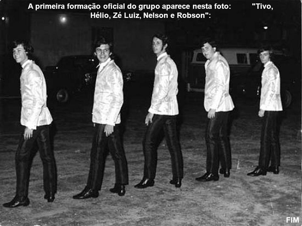 A primeira formação oficial do grupo aparece nesta foto: Tivo, Hélio, Zé Luiz, Nelson e Robson :