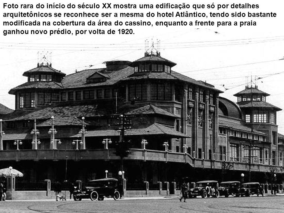 Foto rara do início do século XX mostra uma edificação que só por detalhes arquitetônicos se reconhece ser a mesma do hotel Atlântico, tendo sido bastante modificada na cobertura da área do cassino, enquanto a frente para a praia ganhou novo prédio, por volta de 1920.