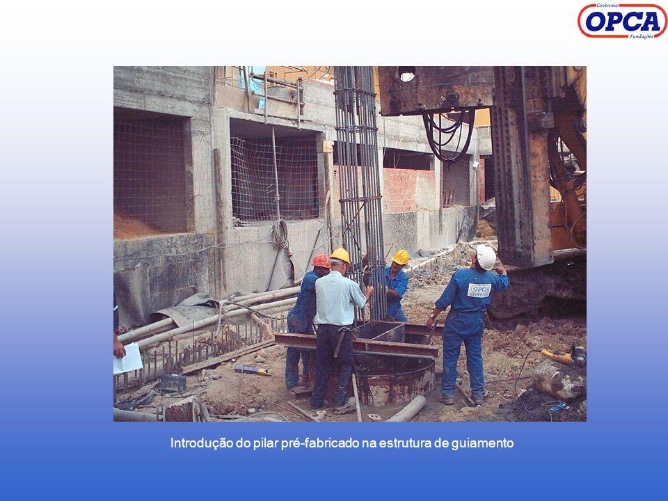 Introdução do pilar pré-fabricado na estrutura de guiamento